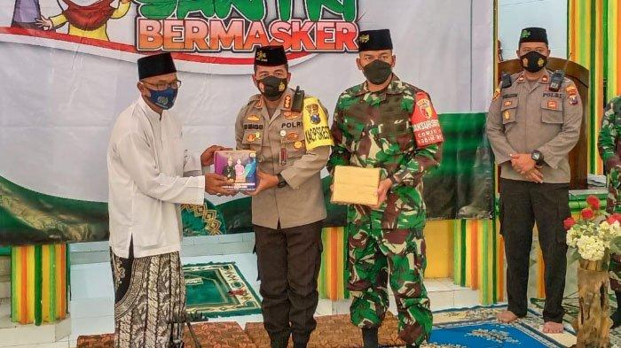 Polisi dan TNI Canangkan Gerakan Santri Bermasker di PPIQ Darul Hidayah, Kota Malang