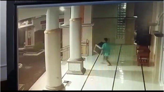 Pencurian Terekam CCTV di Jember - 3 Maling Mabuk Gondol Kotak Amal Berisi Uang Rp 4 Juta