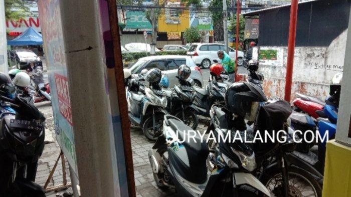 Pencurian Motor Honda Beat Terekam CCTV di Parkiran Outlet Ayam Geprek Jalan MT Haryono, Kota Malang