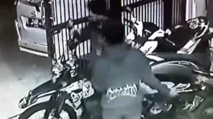 Maling Berpakaian Serba Hitam Terekam CCTV Mencuri Motor di Rumah Kos Siwalankerto, Surabaya