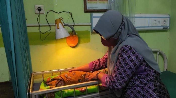 Cewek Mojokerto Ini Kaget Lihat Bayi Tanpa Busana Tergeletak di Atas Tumpukan Kayu Bakar