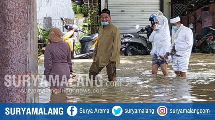 Heboh Pasangan Pengantin Terjang Banjir di Gresik, Warga : Mau OTW ke KUA, Kebanjiran