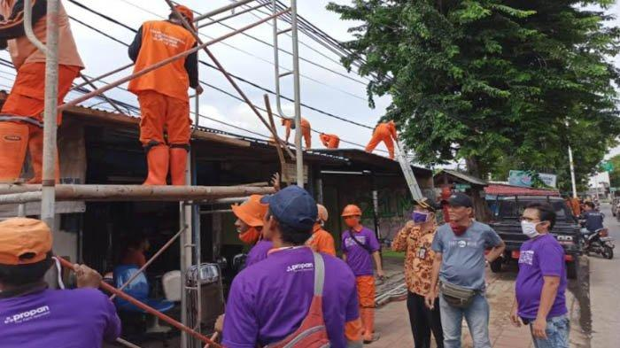PT Propan Raya Mewarnai Atap Rumah Warga di Sekitar Fly Over Tapal Kuda