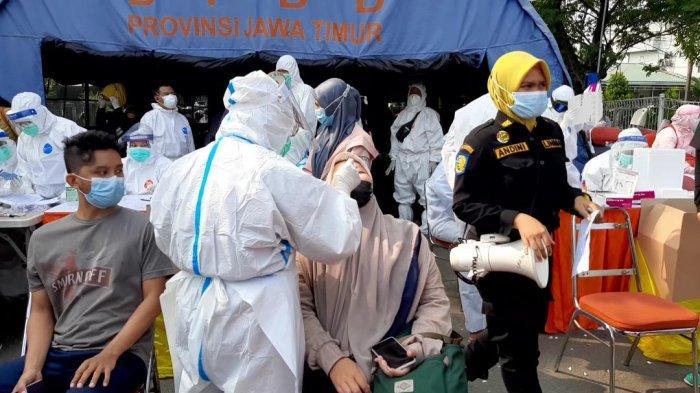 Pengendara asal Bangkalan Madura yang terjaring penyekatan dan dilakukan swab test antigen di pintu keluar Jembatan Suramadu.