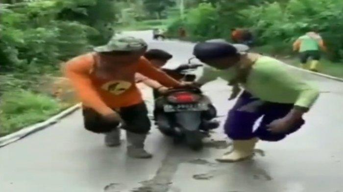 VIDEO VIRAL Bikin Emosi, Pengendara Motor di Tulungagung Nekat Terobos Jalan Desa yang Sedang Dicor