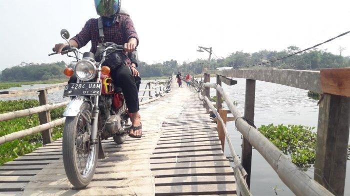 Walaupun Takut, Warga Rela Bayar Jika Mau Menyeberang Waduk Saguling Melalui Jembatan Kayu Ini