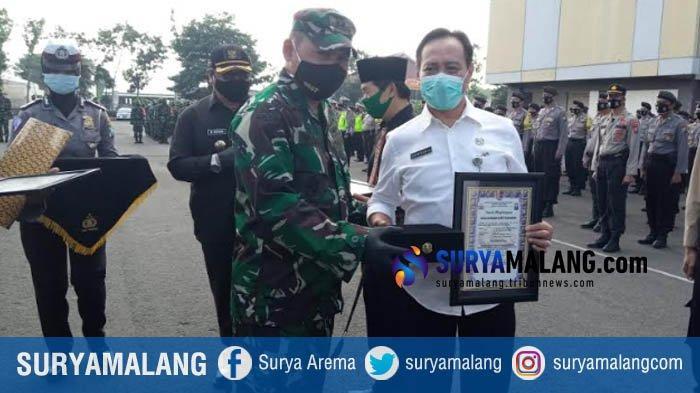 Angka Kesembuhan Corona 97,9 Persen, Kapolres Tulungagung Beri Penghargaan ke Direktur RSUD dr Iskak