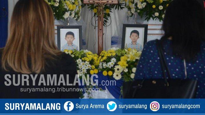 Suasana Haru Iringi Penghormatan Terakhir untuk Kakak Beradik Korban Bom Gereja Surabaya