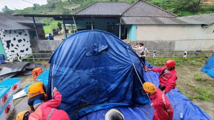 Alarm Longsor EWS Terus Bunyi, BPBD Batu Evakuasi 15 KK Warga Dusun Brau ke Tempat Pengungsian