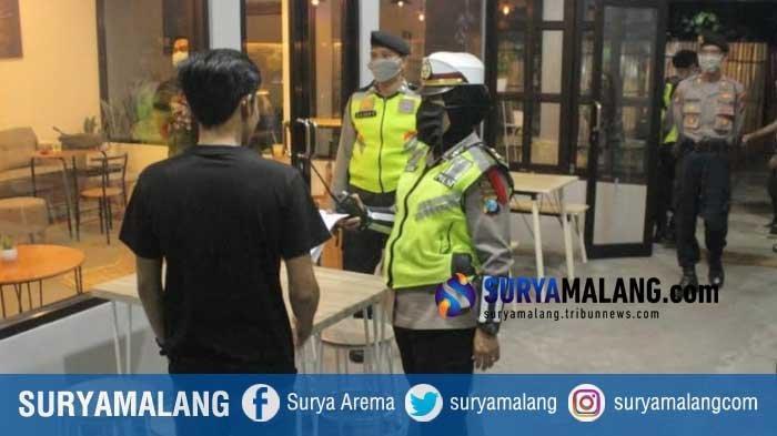 Polisi Bubarkan Pengunjung Berkerumun di Kafe di Blitar, Imbau Kafe Terapkan Sistem Take Away