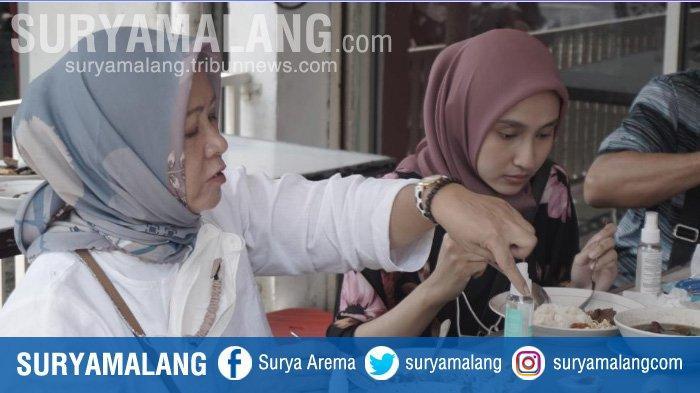 Pengunjung menikmati Rawon Setan di Jalan Embong Malang, Surabaya.