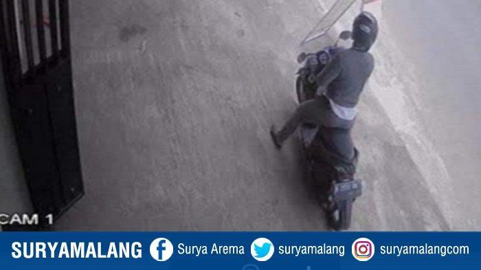 Pria Penipu Bermotor Honda Vario Terekam CCTV, Bawa 3 Smartphone dari Konter HP di Pakis Malang