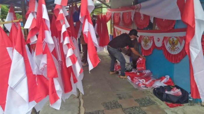 Omzet Penjual Bendera di Kota Batu di Masa Pandemi Merosot
