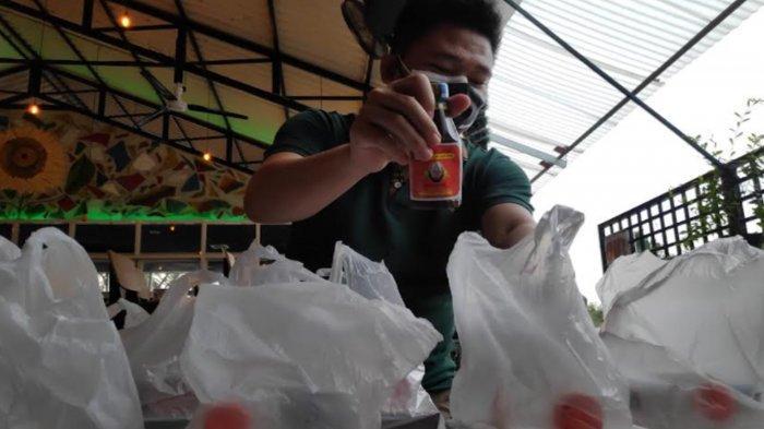 Penjual Jamu di Surabaya Bagikan Bantuan Sembako untuk Warga yang Isolasi Mandiri