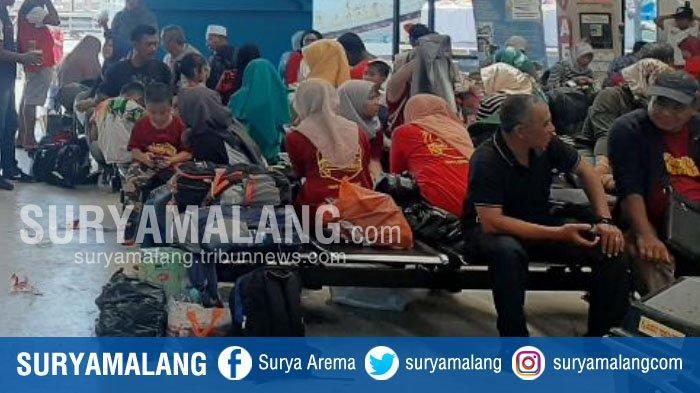 BREAKING NEWS - Solar Terlambat, Penumpang ke Bawean Terlantar di Pelabuhan Gresik