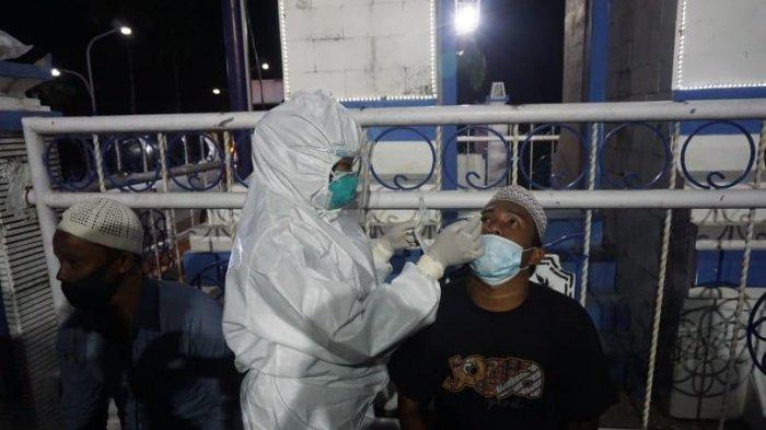 Tim Gabungan Gelar Penyekatan di Perbatasan Sampang-Bangkalan, Puluhan Pengendara Dites Swab Antigen