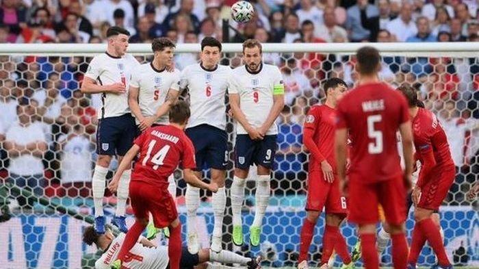 Penyerang Denmark, Mikkel Damsgaard, mencetak gol free-kick ke gawang Inggris dalam laga semifinal Euro 2020 di Stadion Wembley, Rabu (7/7/2021).