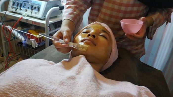 Melihat dari Dekat Perawatan Kulit Wajah Pakai Masker Kurma di Saliha Salon Muslimah, Surabaya