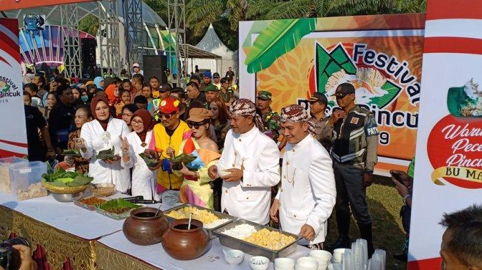 Ribuan Warga Santap 1200 Nasi Pecel Pincuk dan Wedang Tape Kambang dalam Peringatan HUT Kota Madiun
