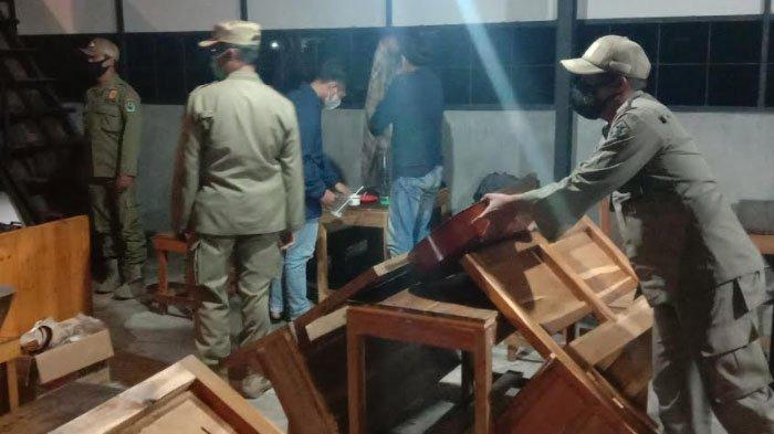 Petugas gabungan memberi peringatan pada 14 kafe dan warung makan angkringan dalam operasi PPKM Darurat di Kota Malang, Sabtu (3/7/2021) malam.