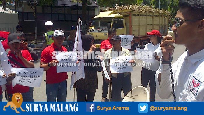 Peringati Hari Tani Nasional, LSM Peduli Petani Kediri Gelar Demo di Kantor Dinas Pertanian dan DPRD