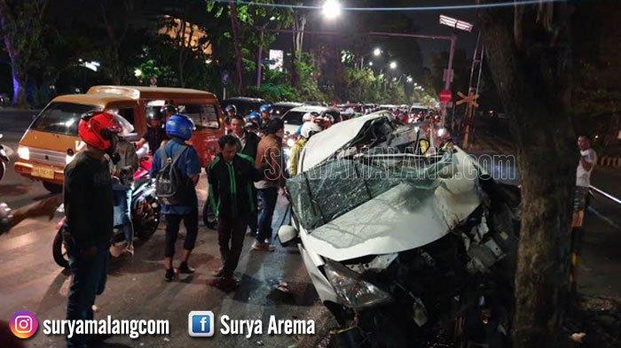 BREAKING NEWS - Kereta Api Tabrak Mobil Avanza di Perlintasan Margomulyo, Surabaya