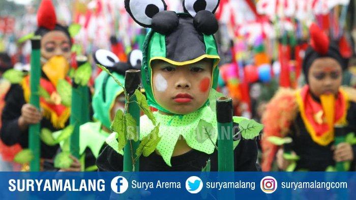 GALERI FOTO - Dandanan Unik Para Peserta Festival Egrang di Kota Batu - permainan-tradisional-egrang_20180814_234516.jpg