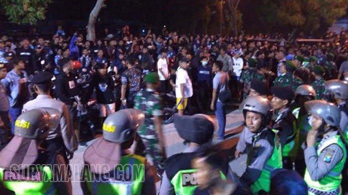 Persela Vs Borneo FC Imbang - Suporter Kecewa Wasit, Kepung Pintu Keluar Stadion Surajaya, Lamongan