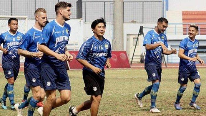 Pelatih Fisik Persib Bandung Yaya Sunarya (tengah) memimpin pemanasan Persib Bandung