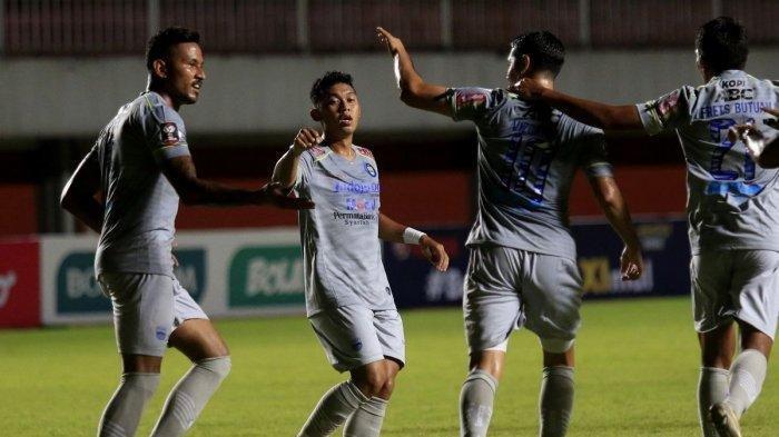 Persib Bandung saat melawan  Persita Tangerang