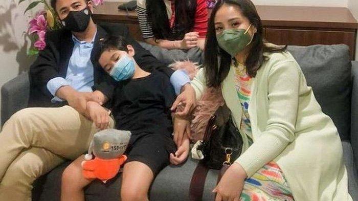 Perut Nagita Slavina (pojok kanan) jadi sorotan saat foto bersama dokter