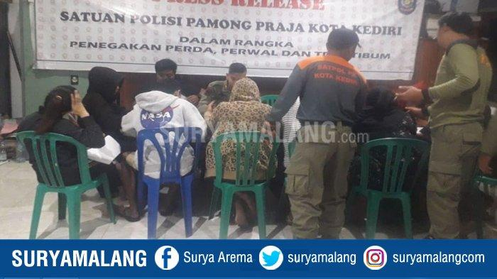 2 Cewek Tidur Sekamar dengan Pria Bukan Suaminya dan Pesta Miras di Kamar Kos Digerebek Satpol PP