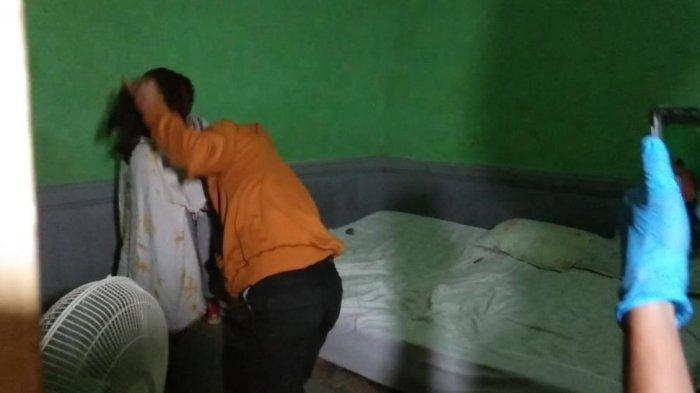Petak Umpet Pasangan Mesum Terbongkar Karena Sandal, Polisi Temukan Wanita Sembunyi di Bawah Ranjang