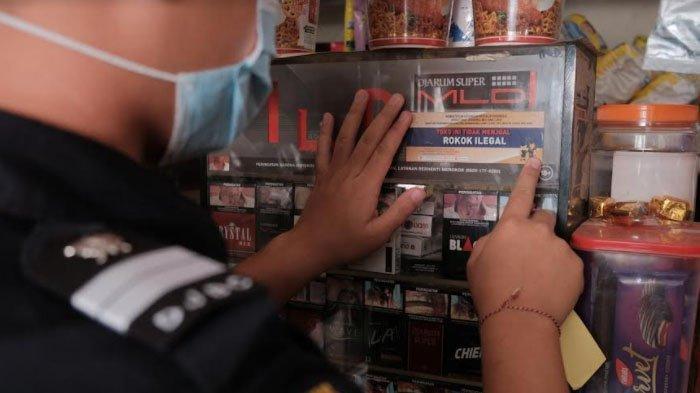 Wali Kota Sutiaji: Masyarakat Diimbau Tidak Membeli Rokok Ilegal - petugas-bea-cukai-menempelkan-stiker-pada-etalase-toko-untuk-sosialisasi-pemberantasan-rokok-illegal.jpg