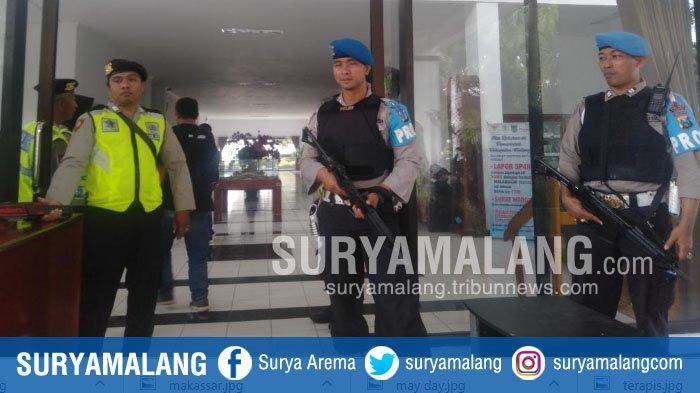 Petugas Bersenjata Amankan Rekapitulasi Surat Suara Pemilu 2019 Tingkat Kabupaten Malang