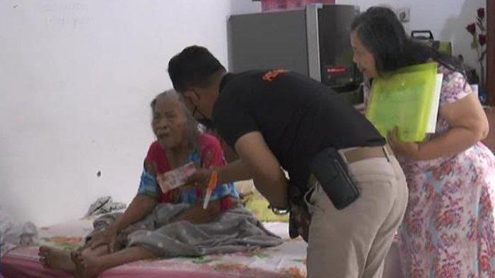 Petugas Kantor Pos di Surabaya Blusukan Dari Rumah ke Rumah Membagikan Bansos Tunai