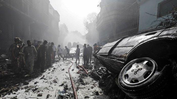 Warga Mendengar Ledakan Besar Ketika Pesawat Pakistan Jatuh di Permukiman