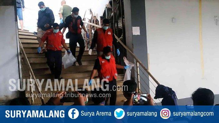Petugas saat mengevakuasi korban mutilasi di Parkiran Lantai II Matahari Pasar Besar, Kota Malang