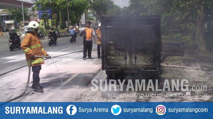 Mobil Boks yang Mengangkut 50 Liter Solar Terbakar di Depan SPBU Jemursari, Surabaya