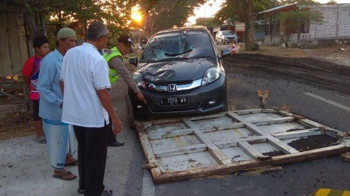 Lepas, Pintu Bak Dump Truk Timpa Mobil Honda Mobilio di Jalan Raya Lasem, Gresik