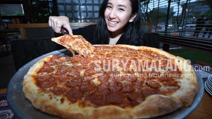 Piza Raksasa Ala Pizza e Birra Surabaya, Cocok untuk Habiskan Waktu Bersama Teman dan Keluarga