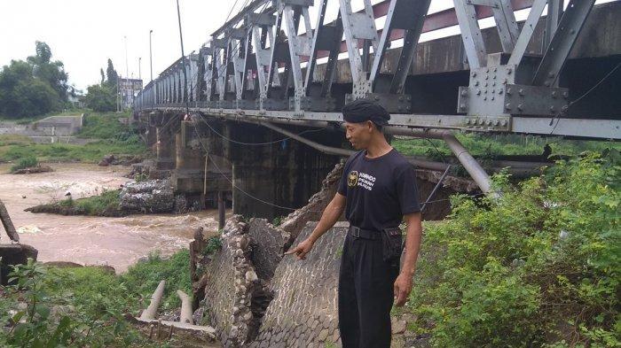 Awas! Plengsengan Disamping Jembatan Ngujang Tulungagung Ambrol, Mengancam Oprit Jembatan