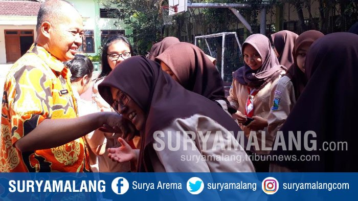 Respon Siswa Usai Tri Suharno Jadi Plt Kepala SMAN 2 Kota Malang, Siswi : Pak, Ini Ingin Salim