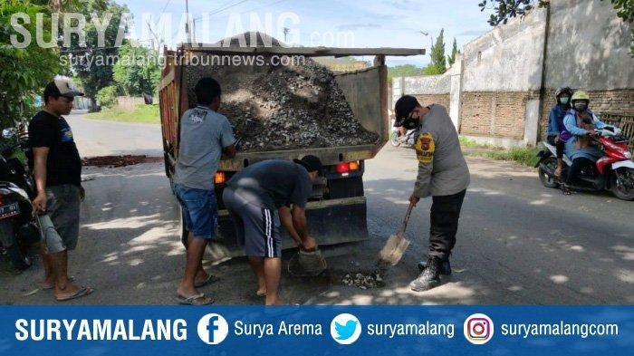 Polisi di Jember dan Warga Tambal Lubang di Jalan Yos Sudarso Kecamatan Sumbersari