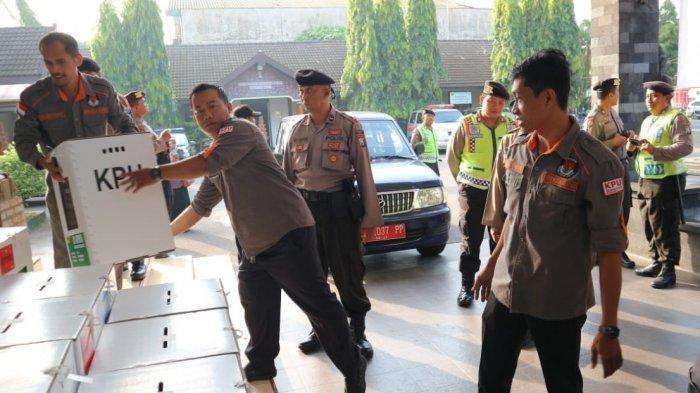 Rekapitulasi Hasil Pemilu 2019 Di Kota Blitar Dikawal Ketat Polisi Bersenjata