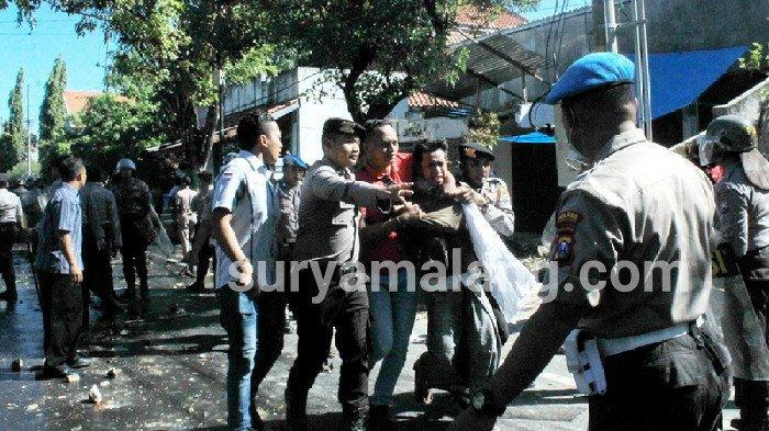Polisi Pamekasan Bentrok Lawan Massa Bawa Senjata Tajam, Bambu Runcing dan Batu