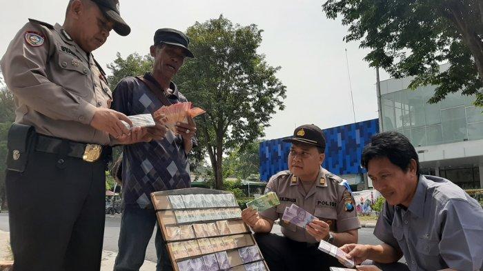 Antisipasi Peredaran Uang Palsu, Polisi Sidak Penyedia Jasa Penukaran Uang Pecahan Baru Di Gresik