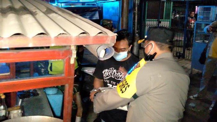 Kepergok Jualan di Atas Pukul 21.00 WIB, PKL di Kabupaten Malang Dapat Paket Sembako dari Petugas