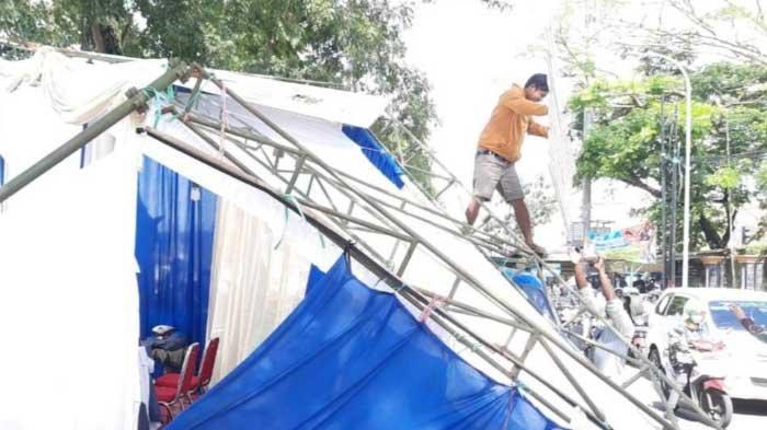 BREAKING NEWS - Truk Tronton Sebabkan Pos Penyekatan Ambruk di Simpang Tiga Madyopuro, Kota Malang
