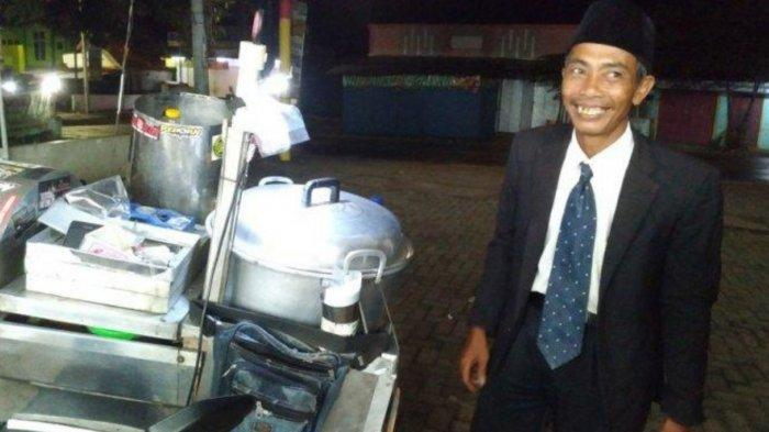 Siapa Masdi? Penjual Pentol Keliling yang Viral, Tampil Necil Pakai Jas, Dasi dan Peci Bak Pejabat